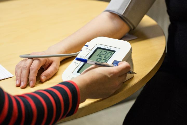 terveydenhoitaja mittaa verenpainetta